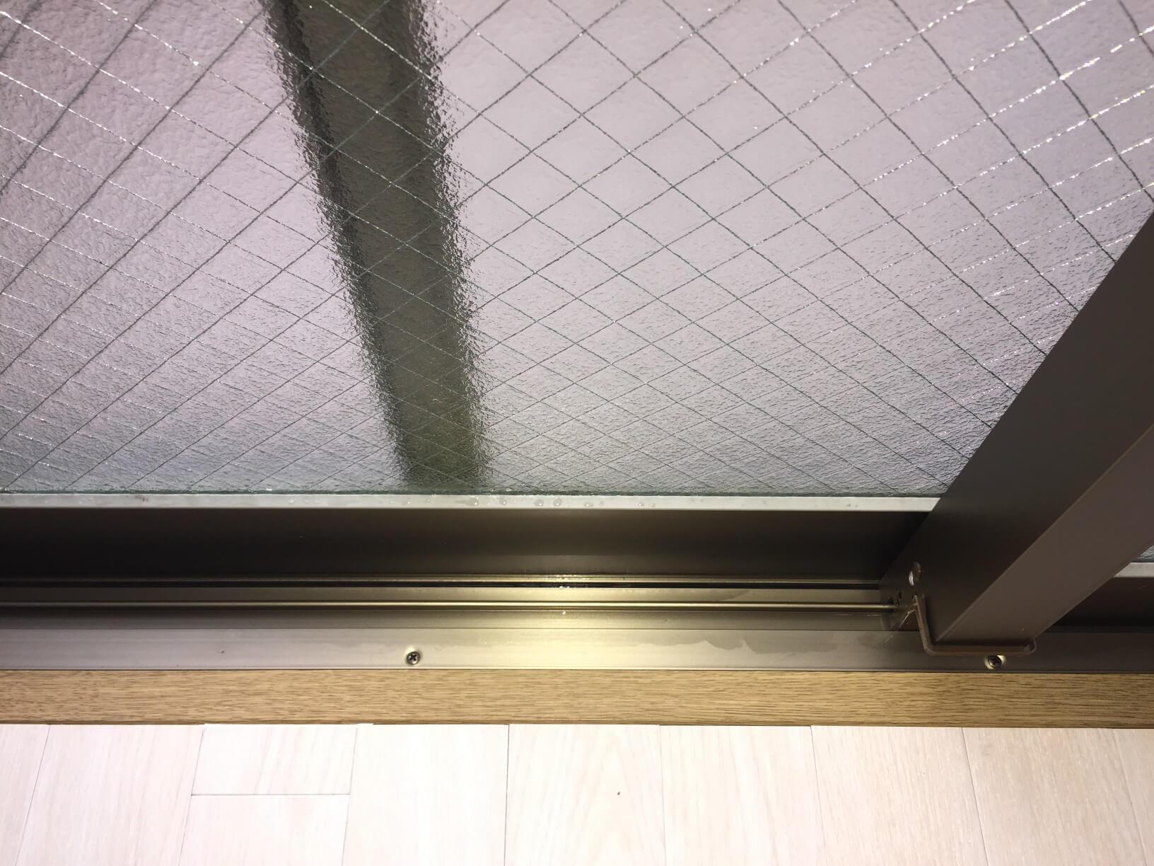 伊丹市 頑固な汚れもプロがピカピカに♪ガラスサッシ、網戸クリーニング、窓、隅々まで徹底洗浄いたします!お掃除のことならおそうじプラスへ