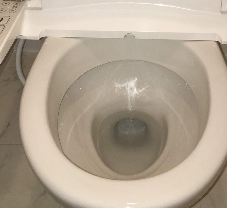 宝塚市トイレの床、便器や便座、周りの壁や床など気になる臭い、たまった尿石を全部取り除きます!お見積り無料☆おそうじプラスまで