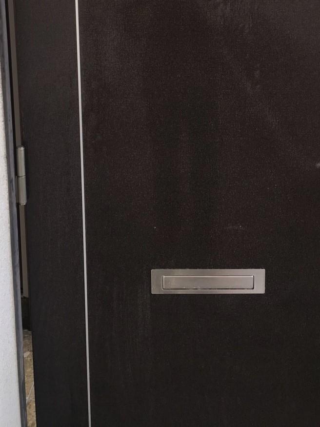 宝塚市 マンション/一軒家、玄関のドアの汚れを除去!ピカピカの玄関に!ハウスクリーニング、お掃除のことならお掃除プラスまで