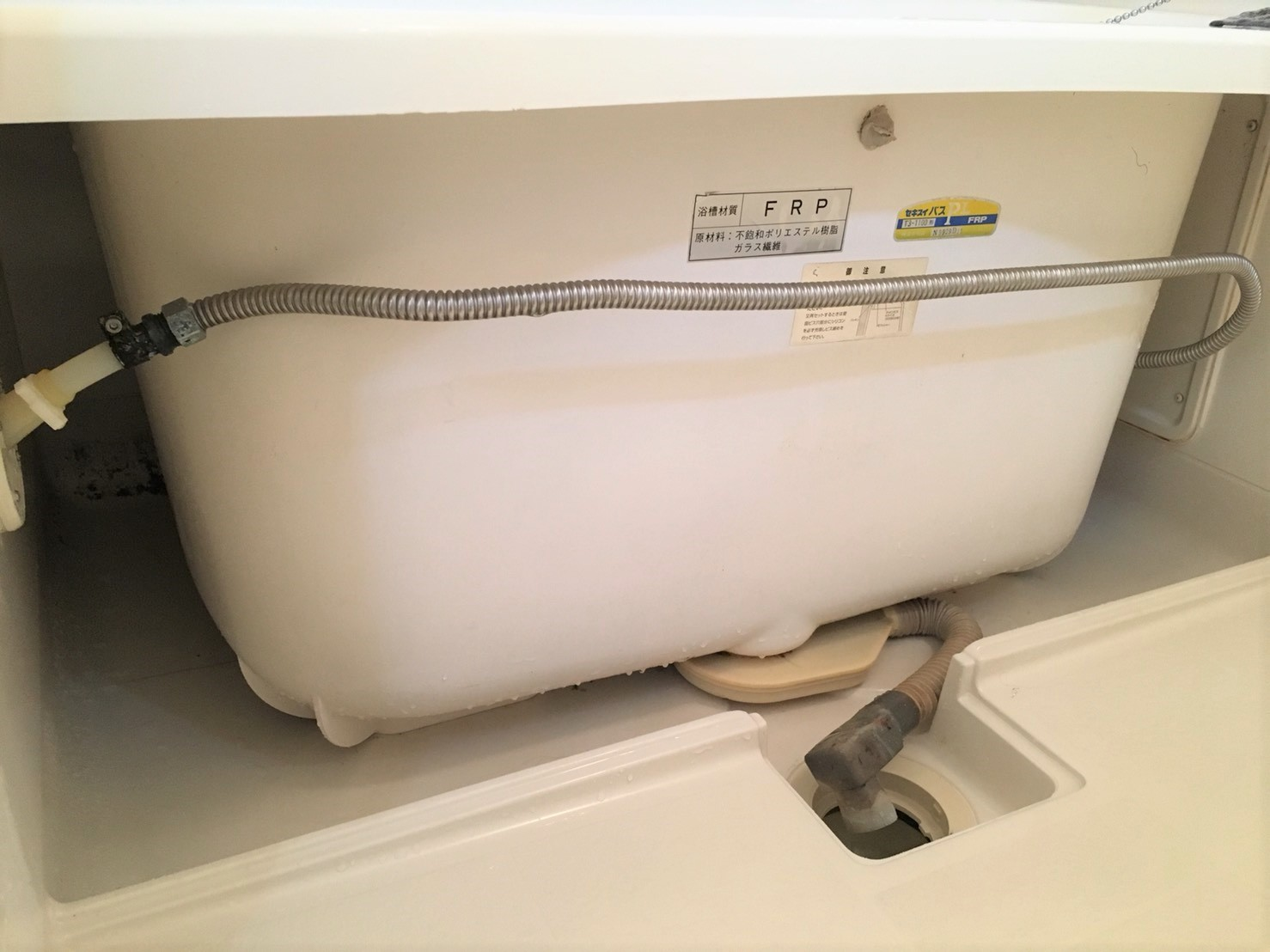 湿気が多い梅雨の時期だからこそ、お風呂の頑固なカビも水垢もプロの手で綺麗にします!浴室・バスルームをキレイにするならおそうじプラスへ。