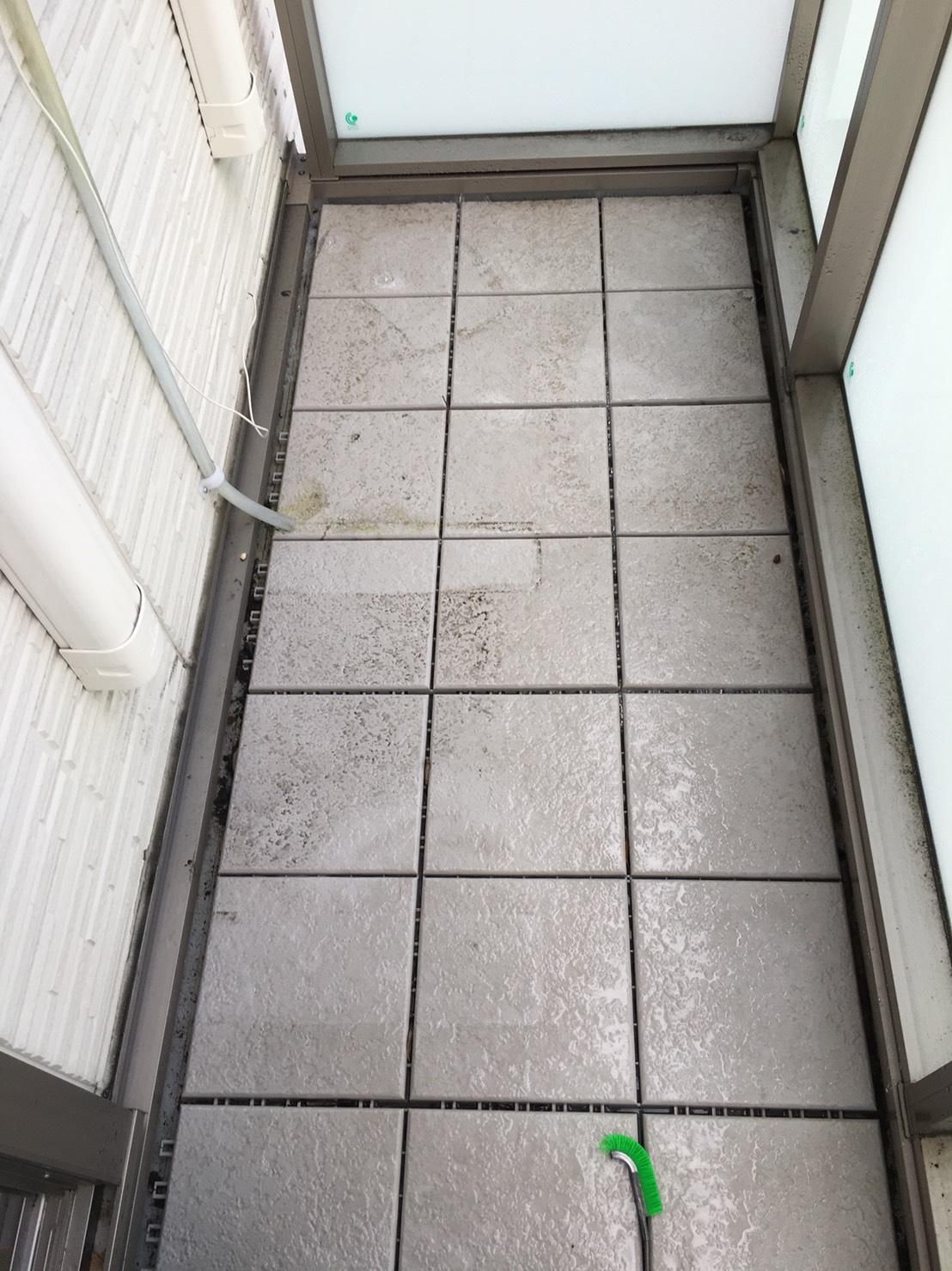 夏に向けて★バルコニー・タイルの清掃対応しています。少し暖かい日にベランダをきれいにしてスッキリ!