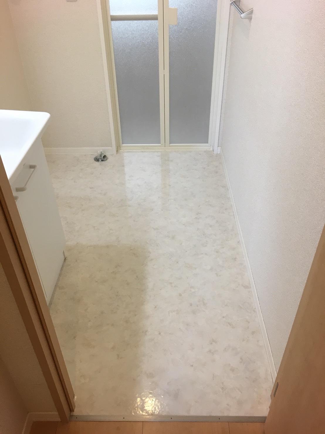 オシャレと人気が高い白いフローリング・脱衣所をキレイに!伊丹市・宝塚市・川西市の地域より、お客様のご要望に応じた清掃箇所、汚れの状況を確認いたします。どんなことでも、お気軽にご相談下さい。