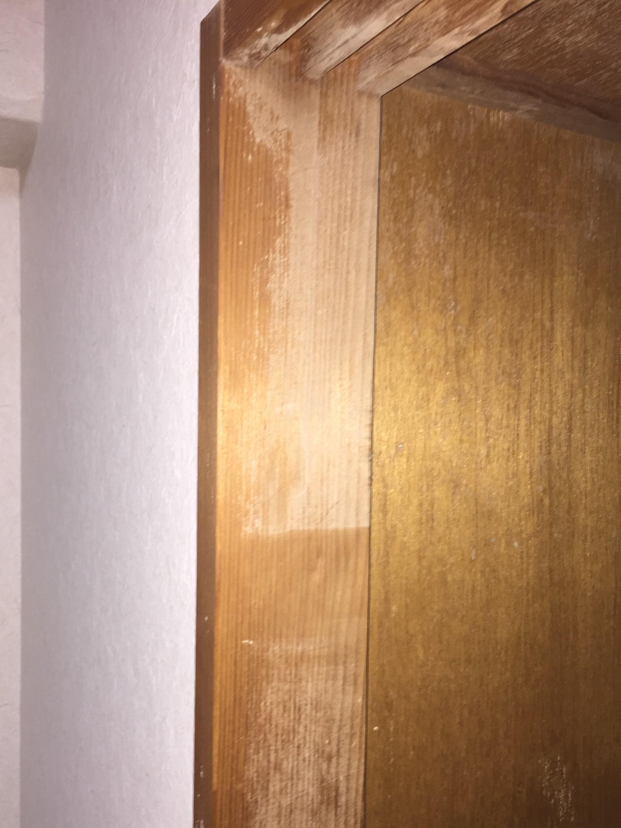 木造の柱・長年放置しているとカビの根っこが木の内部にまで浸透・・伊丹市・宝塚市・川西市~無料出張・無料見積は、おそうじプラスまで