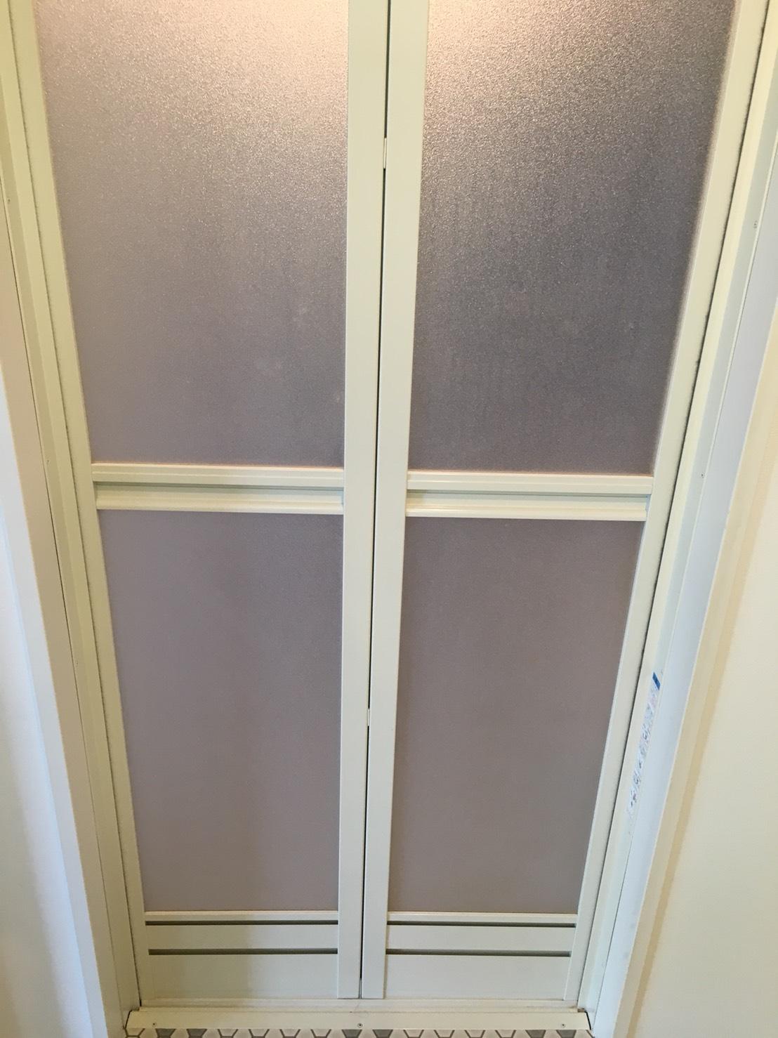 宝塚市 ハウスクリーニング お風呂(浴室)ドアの汚れの洗浄/掃除 カビとりはおそうじプラスにおまかせください!