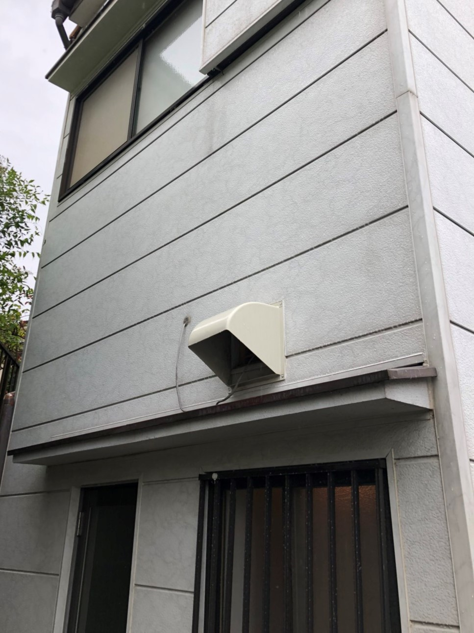 川西市 一戸建て「高圧洗浄」でコケ取り!外壁の汚れを落とします!ココが違う~おそうじプラスの高圧洗浄