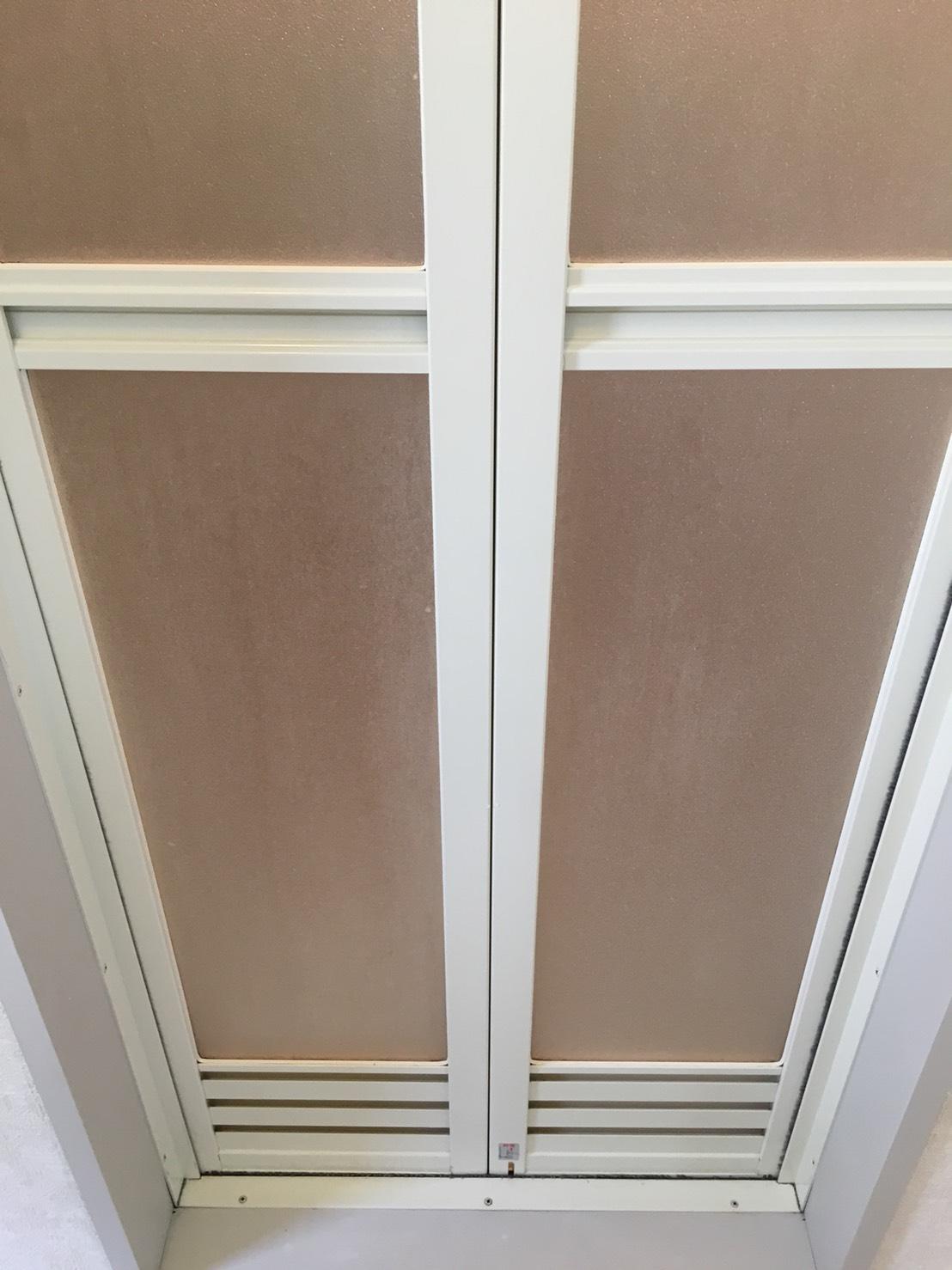 6月梅雨のカビ対策!お風呂(浴室)ドアの汚れの洗浄~ カビとり・ハウスクリーニングはおそうじプラスにおまかせください!