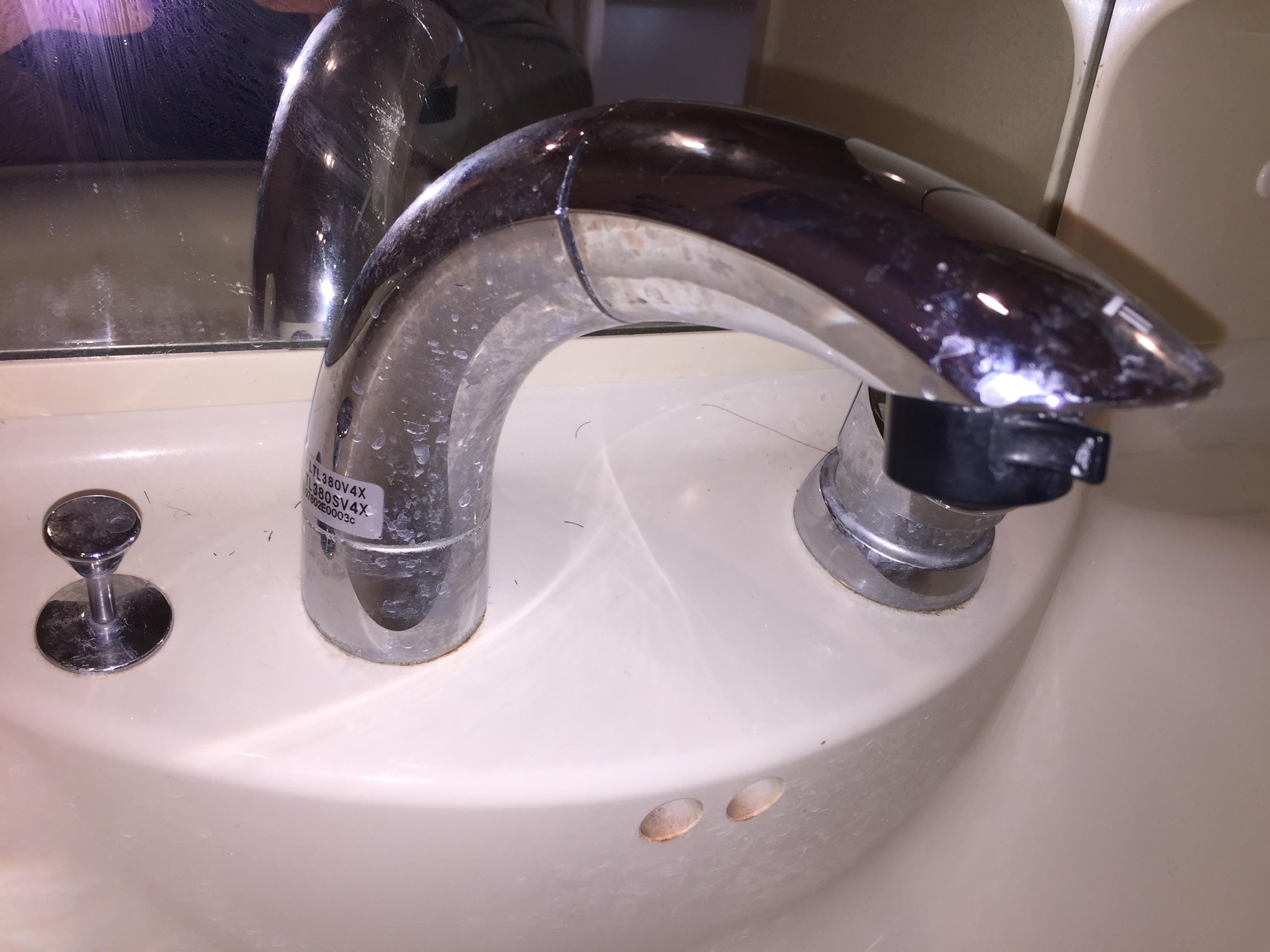 シャワー水栓 ・プロの洗面所クリーニングは、おそうじプラスにおまかせください!