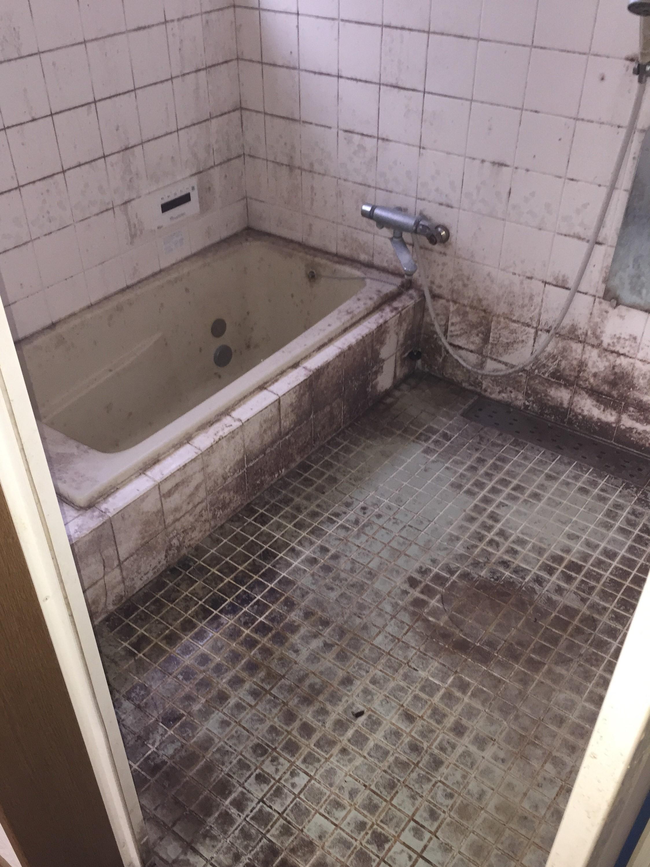 古くなった浴室が見違えるほど綺麗に!お風呂クリーニング!カビや水垢等のしつこい汚れを徹底洗浄し、浴槽から壁・床・扉などをピカピカに!ふだん手の回らない天井、扉、シャワーヘッド等すみずみまでお掃除します。