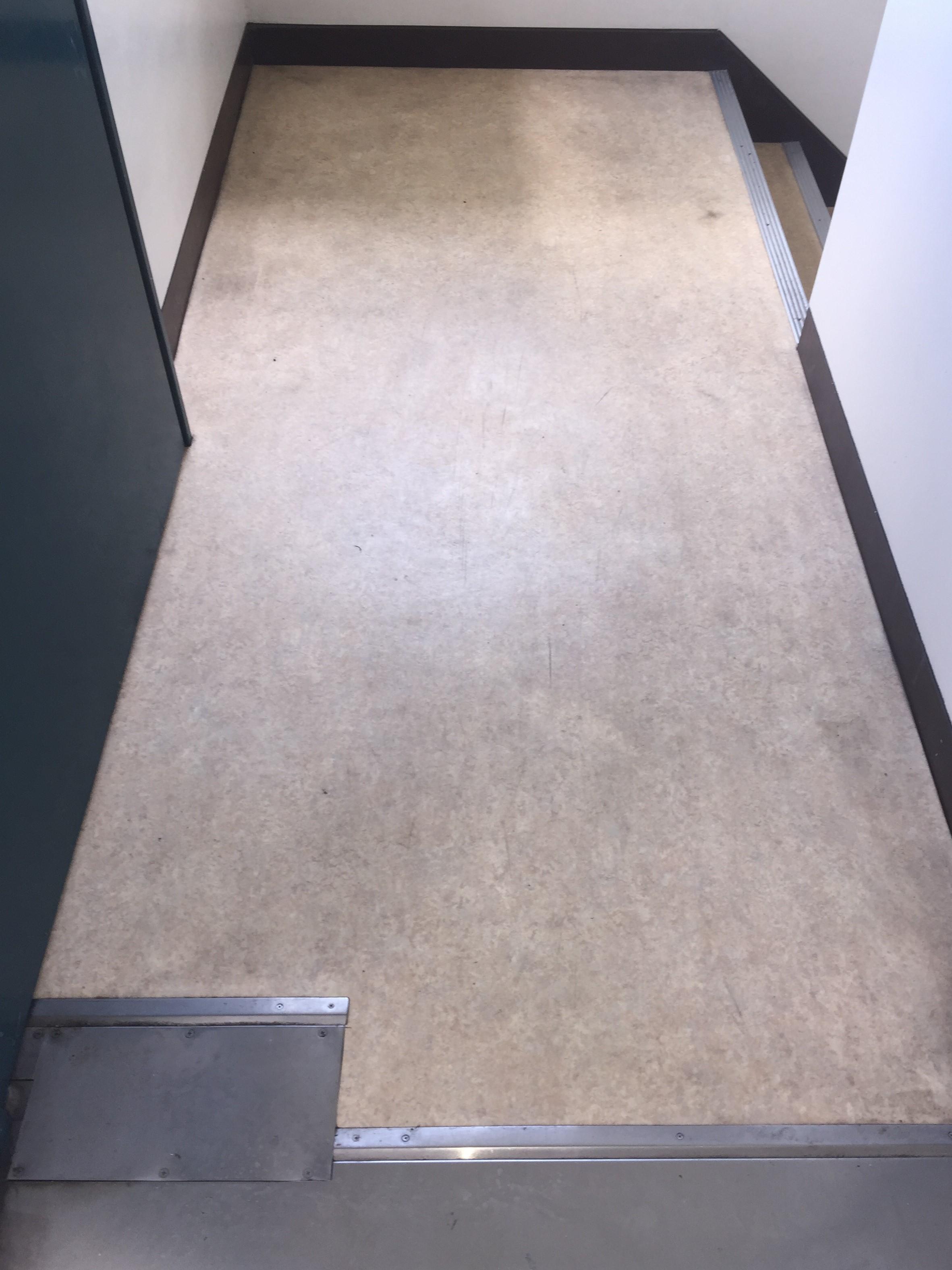 床清掃~共用スペース~丁寧な拭き掃除で床の汚れを取り除きます♪