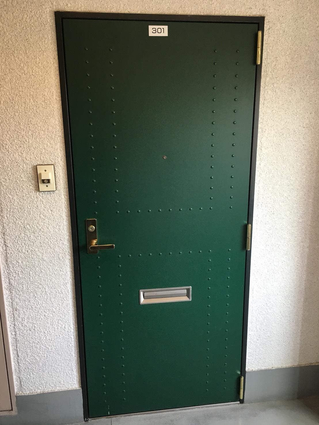 玄関ドア🚪を綺麗に!玄関ドア🚪のお掃除はおそうじプラスにお任せ下さい👍お見積はもちろん出張料も無料で対応!