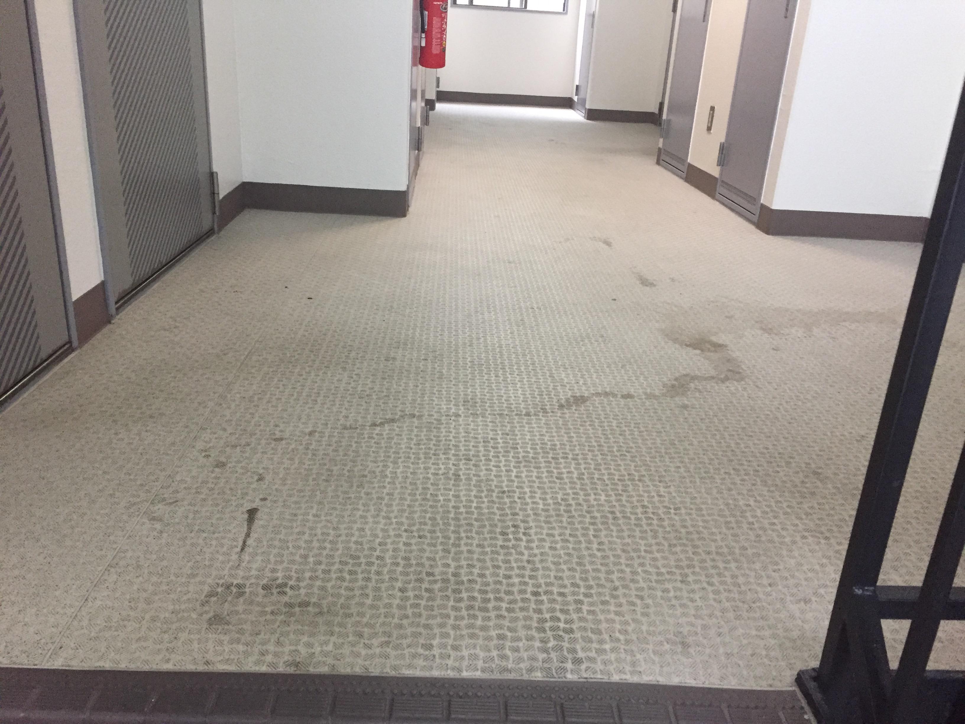 マンション共有部の清掃~床の汚れ・黒ずみの除去!定期的清掃はおそうじプラスにお任せ下さい!