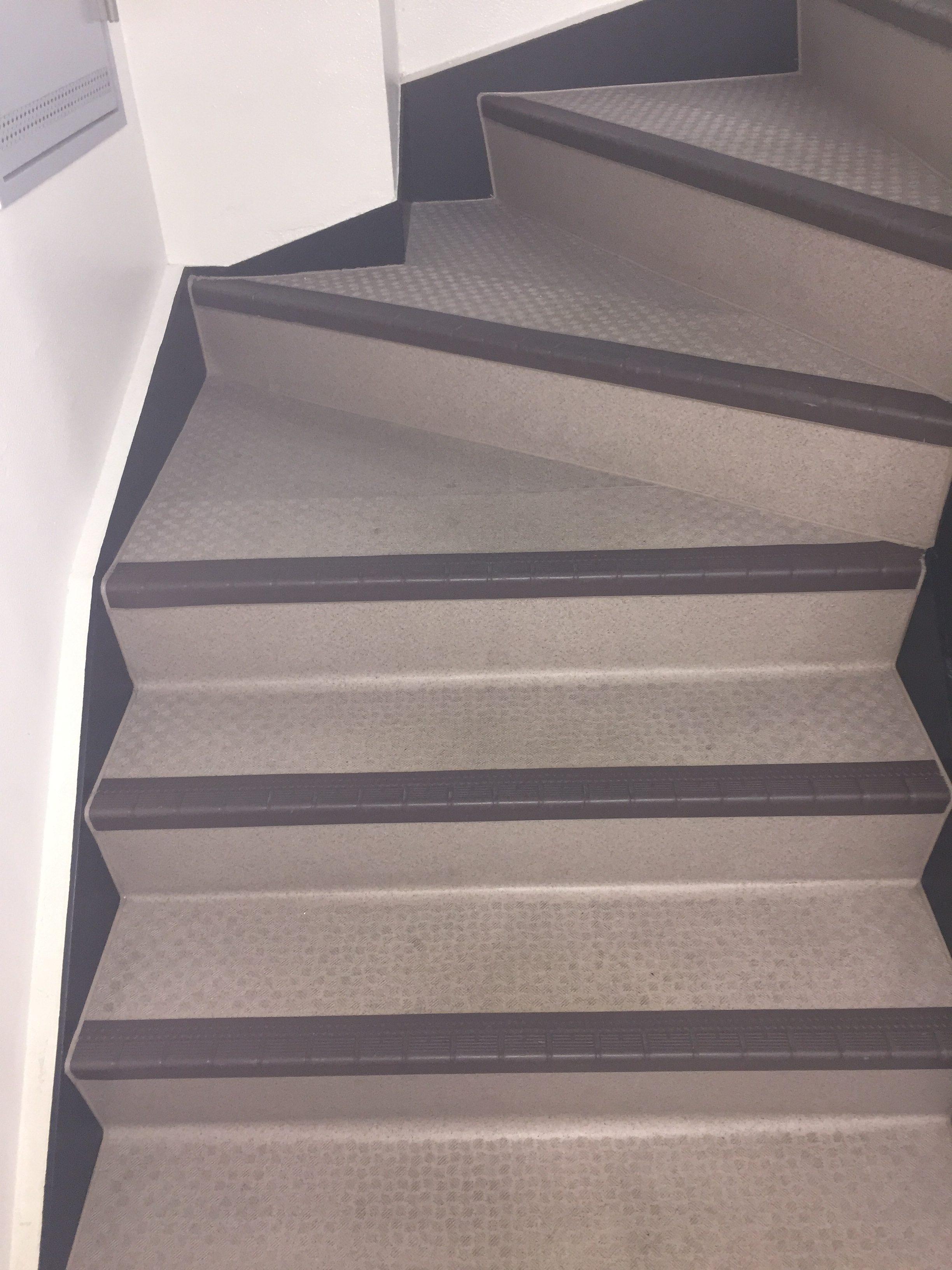マンション共有部の清掃~階段の黒ずみの汚れの除去!効率よくスピーディーな作業!定期的清掃はおそうじプラスにお任せ下さい!