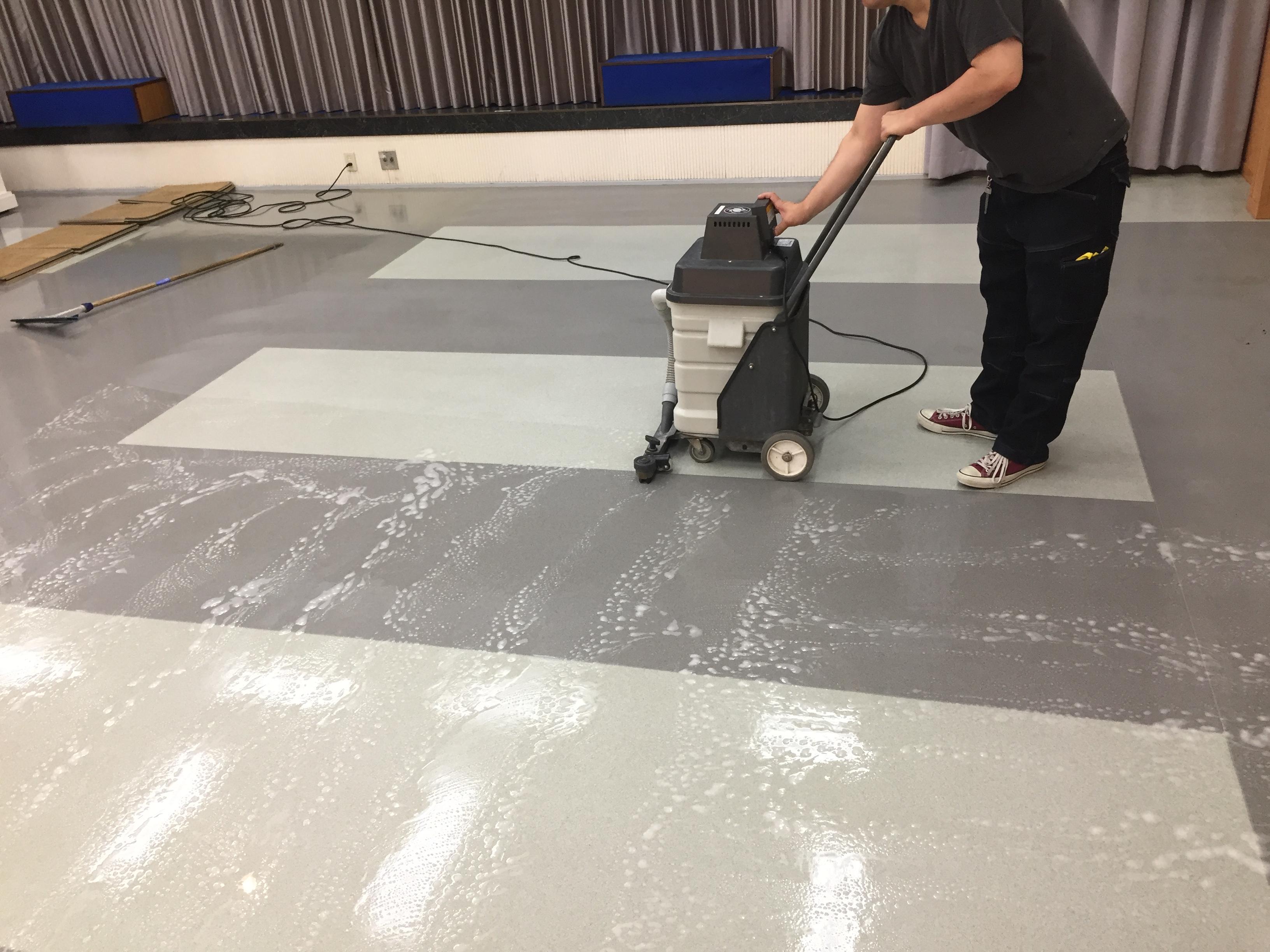 床が光る!ツヤがすごい!床の光沢!商業施設、ビル、マンション、店舗、床の定期的な清掃は、おそうじプラスにお任せ下さい!伊丹市・宝塚市・川西市の地域密着ハウスクリーニング!24時間受け付け可能