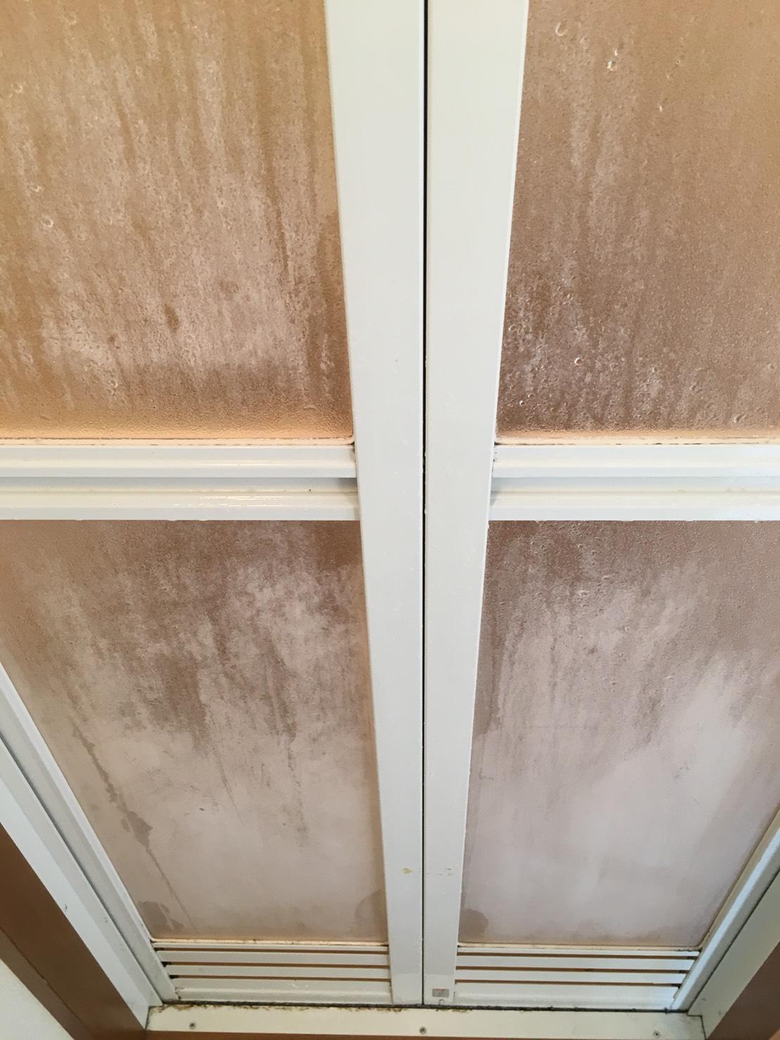浴室の扉の汚れの除去!Before/Afterで比較してみませんか?伊丹市おそうじプラスにお任せ下さい!