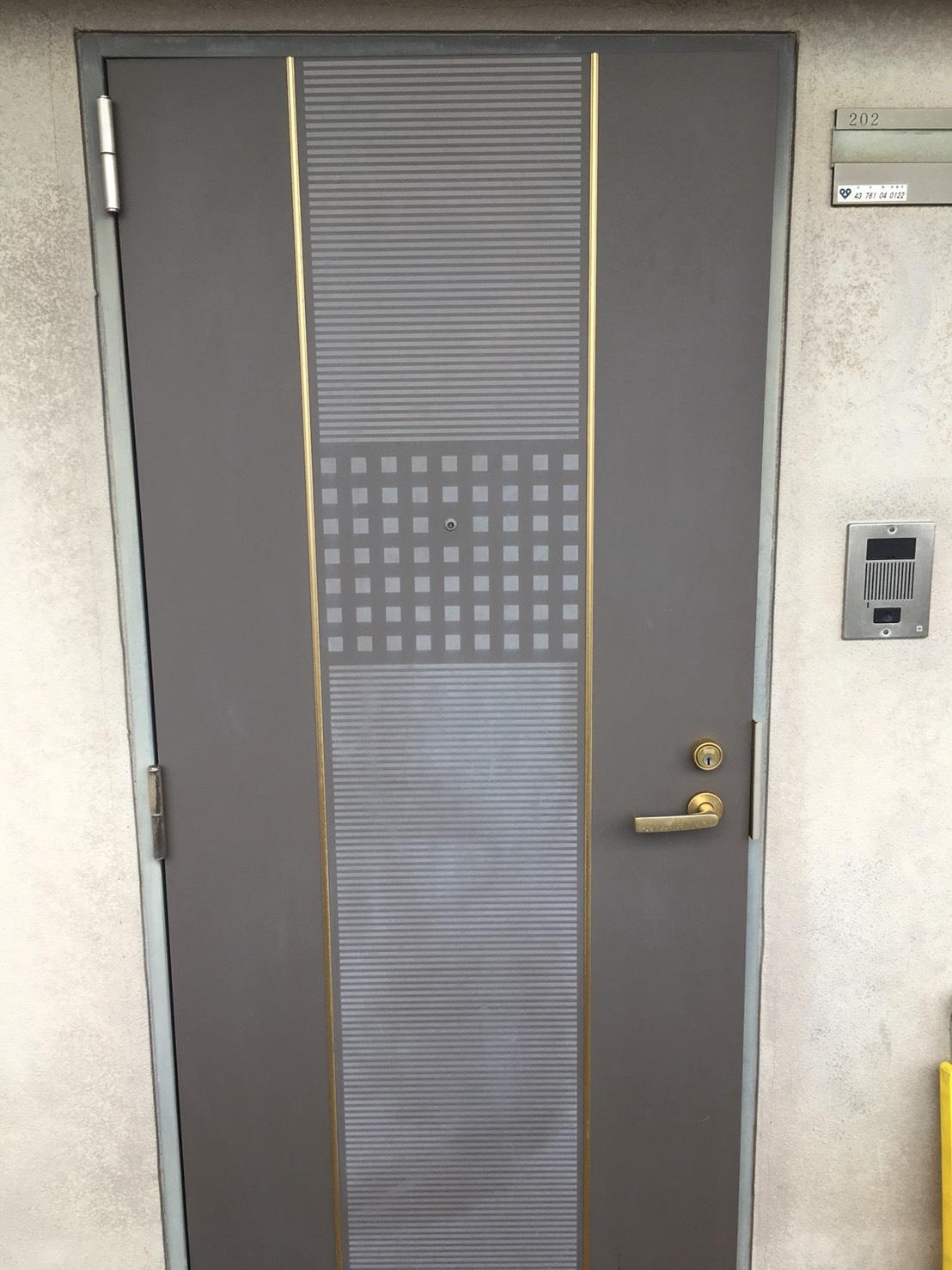 秋のお掃除~伊丹市・宝塚市・川西市の地域密着ハウスクリーニング!玄関のドア清掃~玄関を綺麗にお掃除!おそうじプラスにおまかせください!