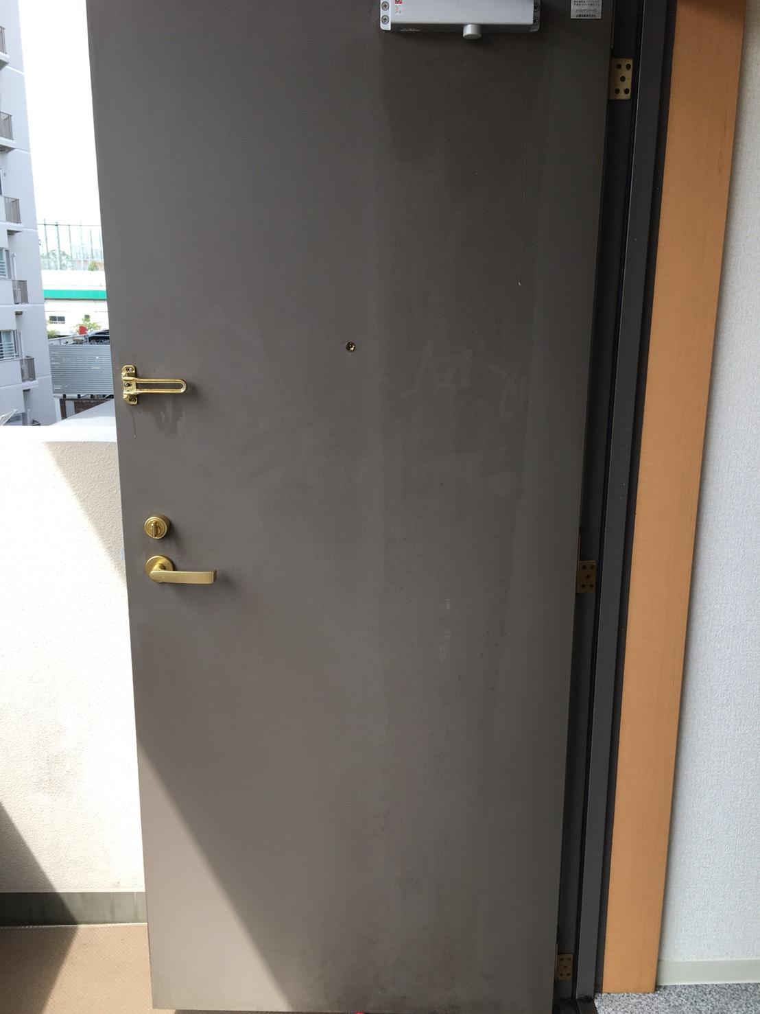 """玄関のドア!お客様をお迎えするという時に!お掃除でお悩みの方は、""""おそうじプラス""""にお任せ下さい!"""