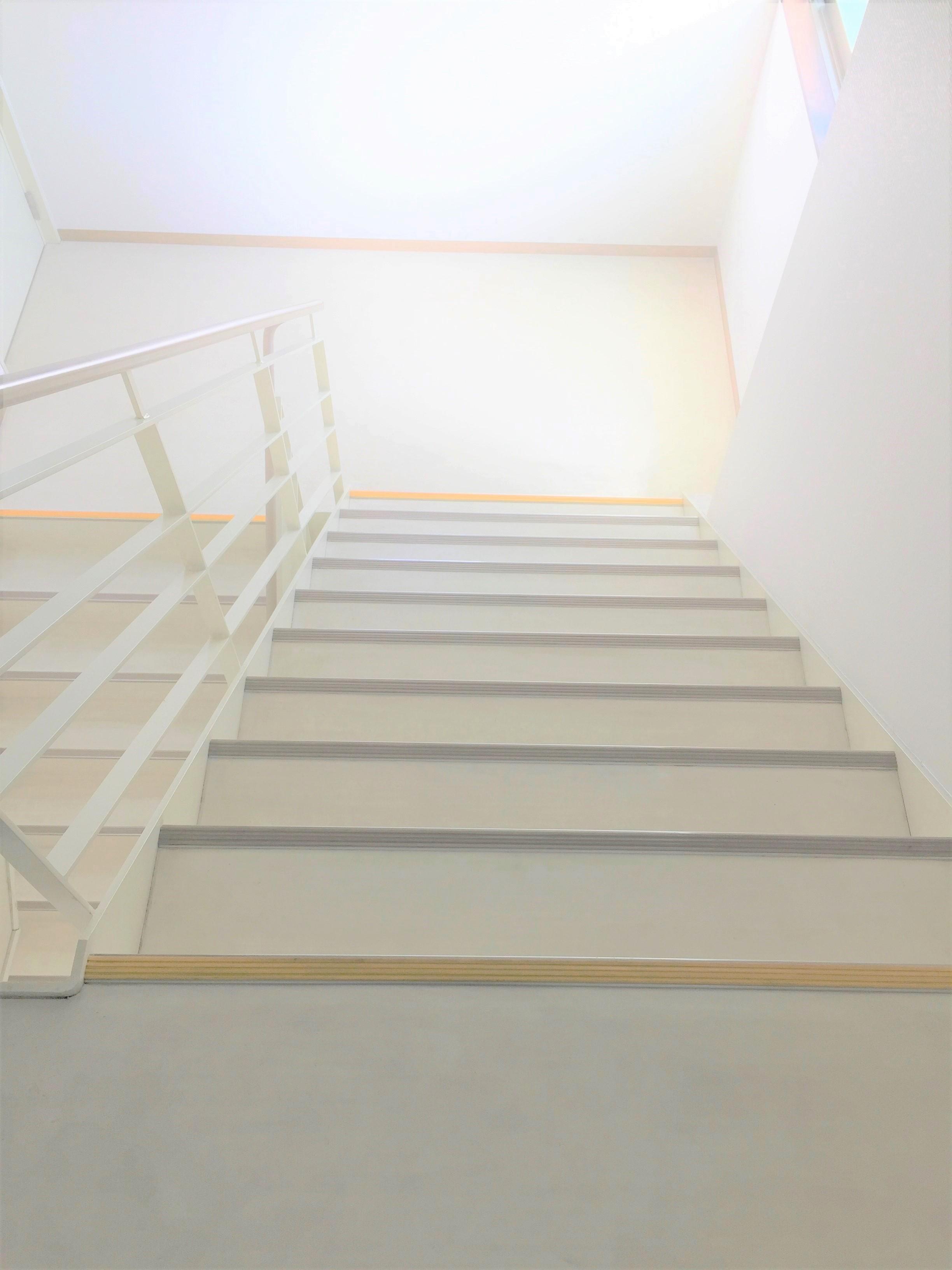 事務所・マンション・オフィスビルの階段の清掃 階段の黒ずみの汚れの除去!効率よくスピーディーな作業!定期的清掃はおそうじプラスにお任せ下さい!