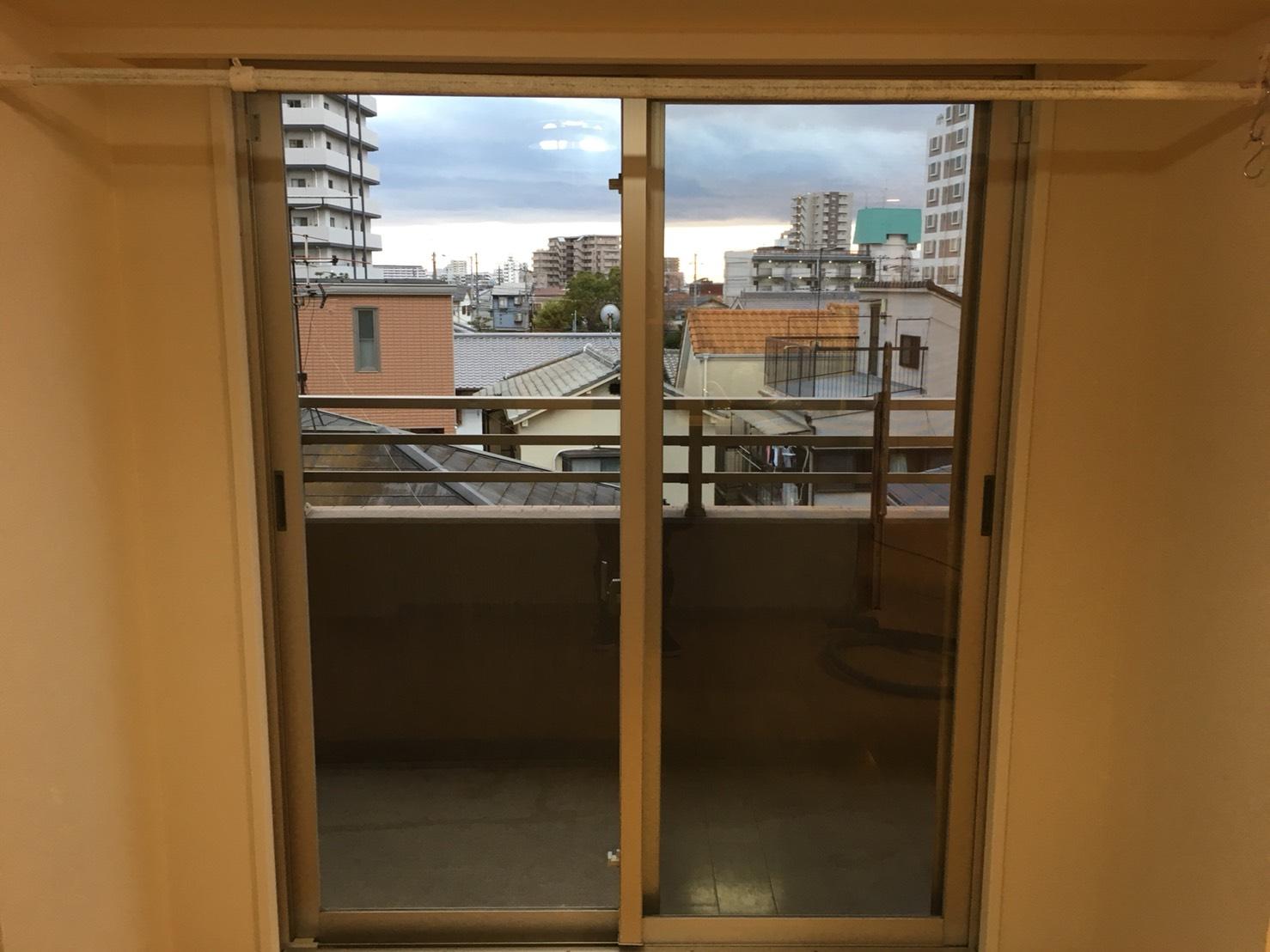 気になる花粉症の季節、春!!窓の開け締めで快適に!ハウスクリーニング窓掃除は、おそうじプラスにおまかせください!