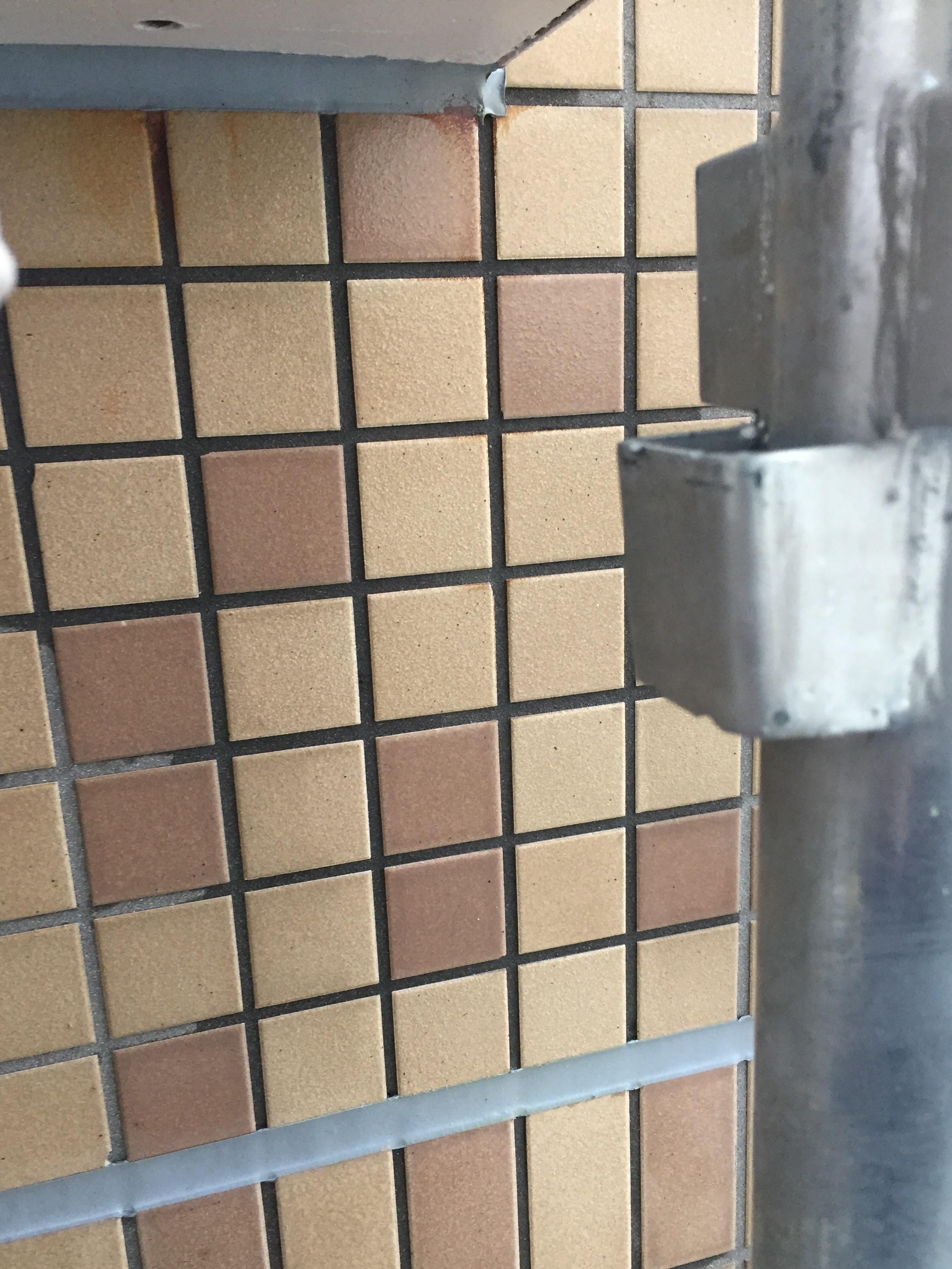 外壁タイルのサビ取り、なかなか汚れが落ちない場合は?放っておくとますます落ちにくくなる場合 おそうじプラスにお任せください。