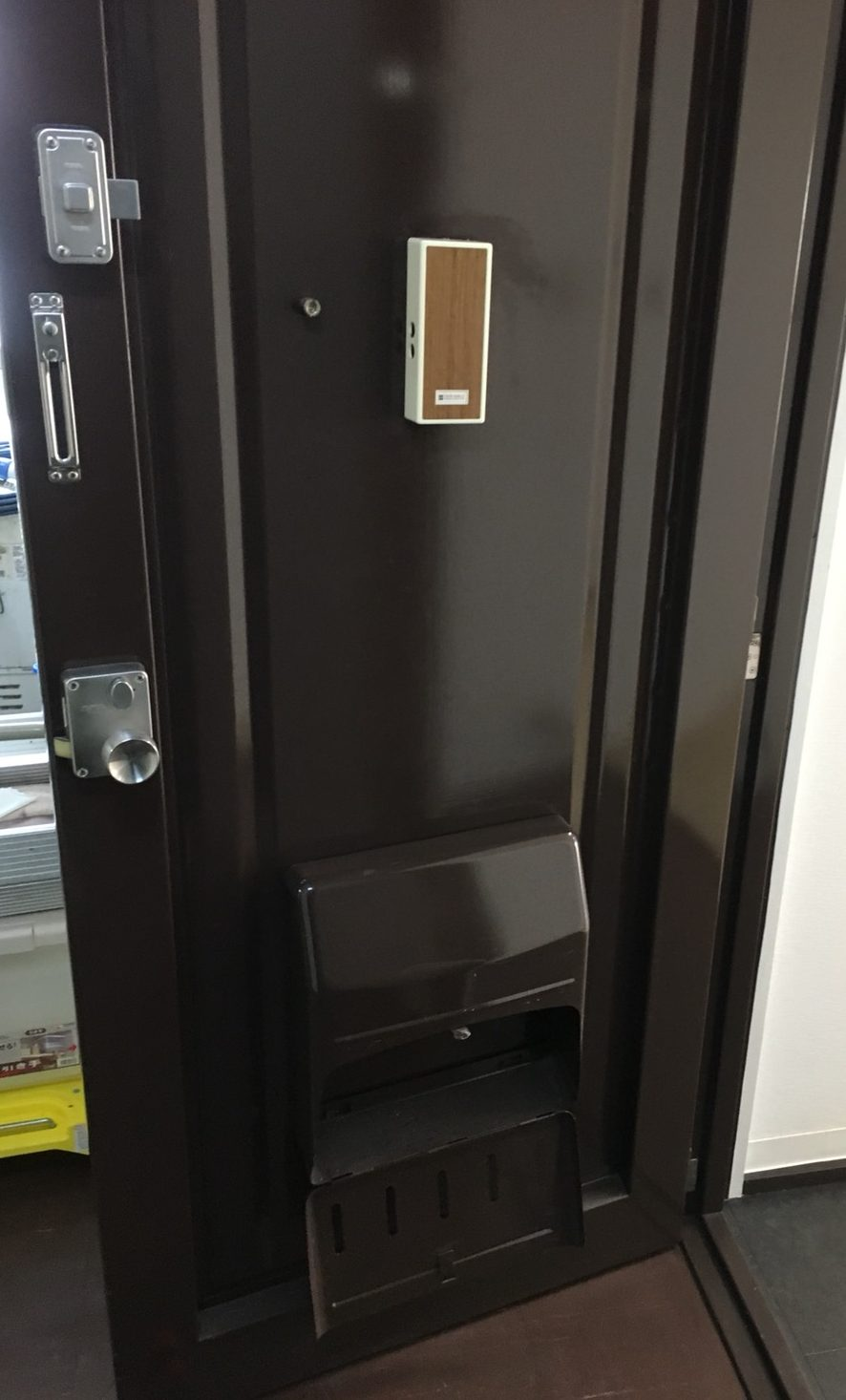 玄関のドア清掃>玄関ドアの汚れ!日常清掃、定期清掃お気軽にお問合せ下さい!内側/外側のお掃除は大丈夫でしょうか?ハウスクリーニングは、おそうじプラスまで072-768-9969