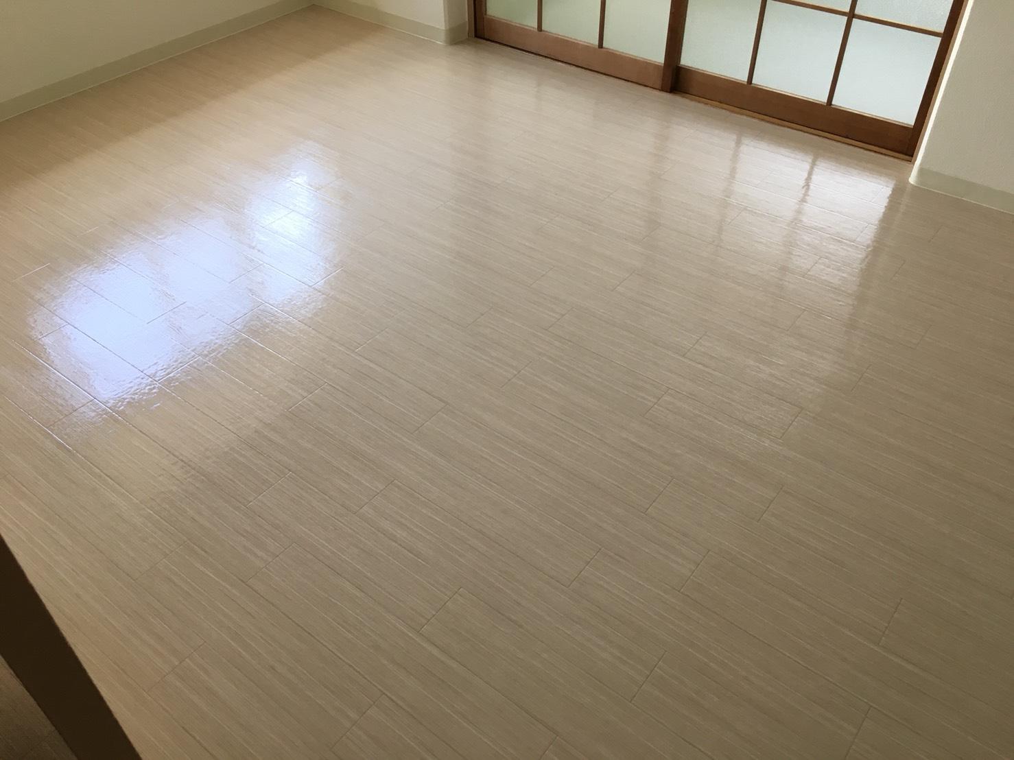 おそうじプラスのフローリング清掃 ご相談・お見積は無料です!お気軽にお問合せ下さい!ムラなく綺麗!清掃スタッフが対応!高品質なワックスを使用するので床の光沢、輝きが違います!