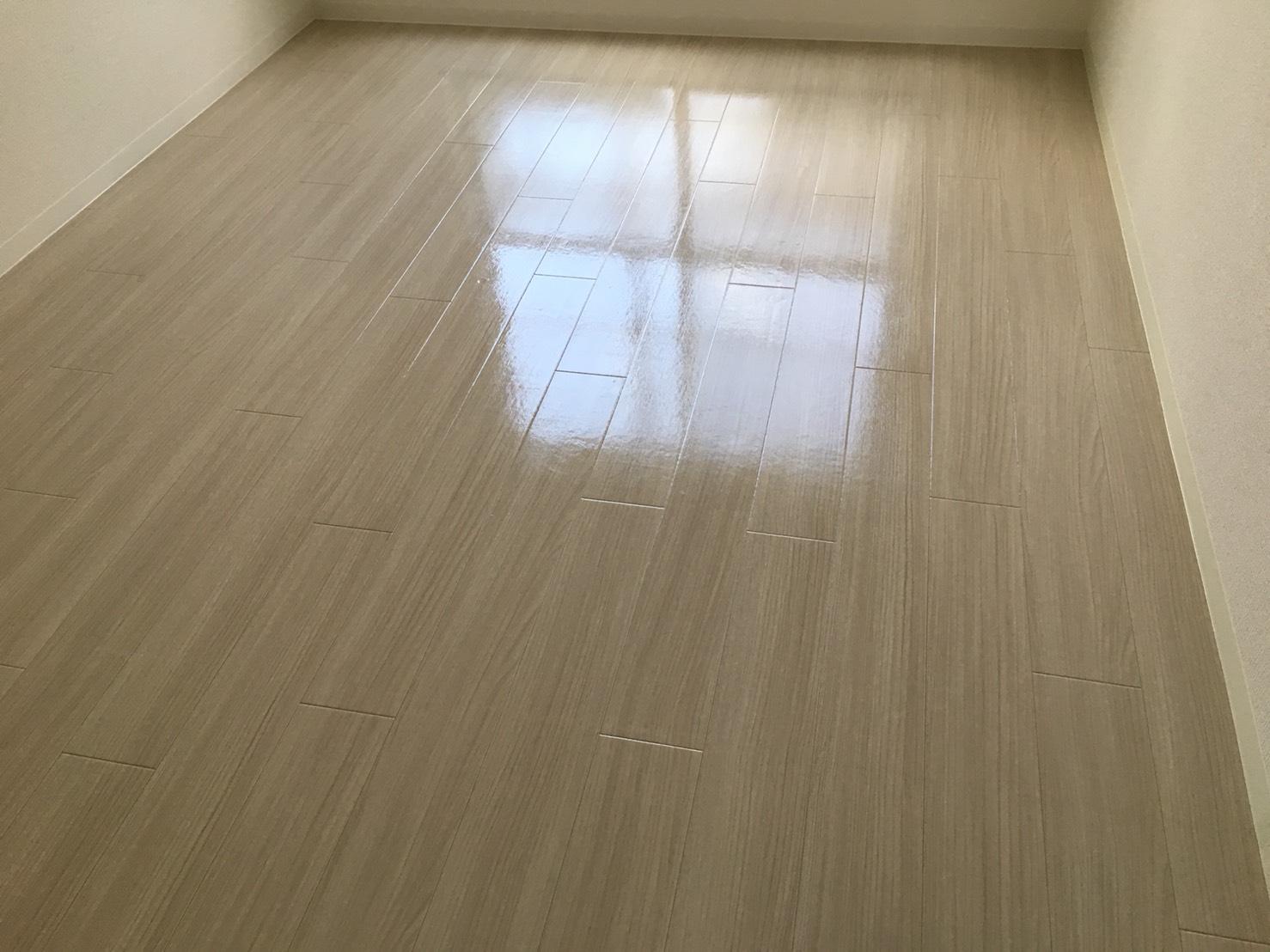 ご相談・お見積は無料 おそうじプラスのフローリング清掃  高品質なワックスを使用するので床の光沢、輝きが違います!効果的なお掃除